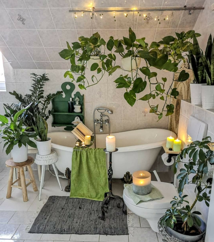 Blanche salle de bain avec plantes vertes partout, idée comment substituer la peinture vert d'eau, peindre la salle de bain vert d'eau beau