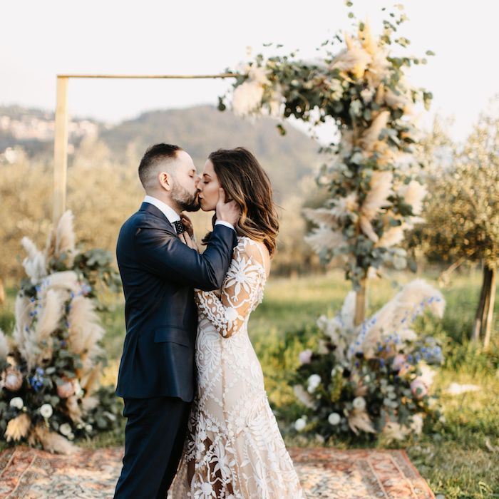 Bohème robe mariée dentelle blanche, idée comment faire une déco à l'extérieur, theme champetre, deco table mariage champetre centre fleurs