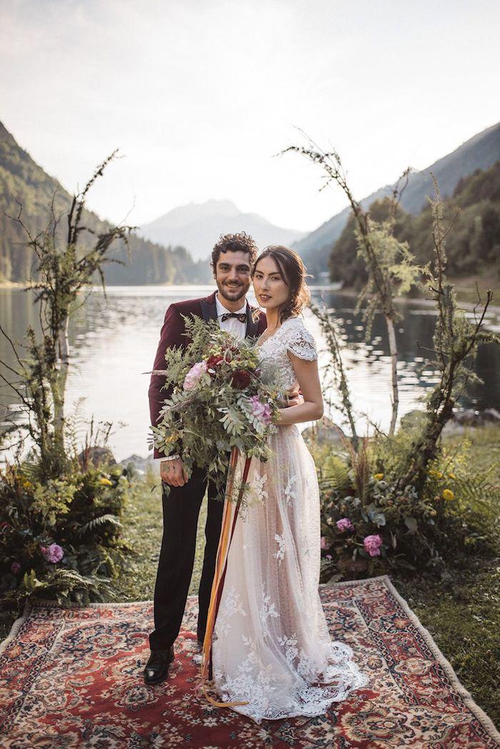 Couple photo mariage champetre, fleurs de champ bouquet de mariée, belle vue de lac et montagne endroit marqué de tapis oriental