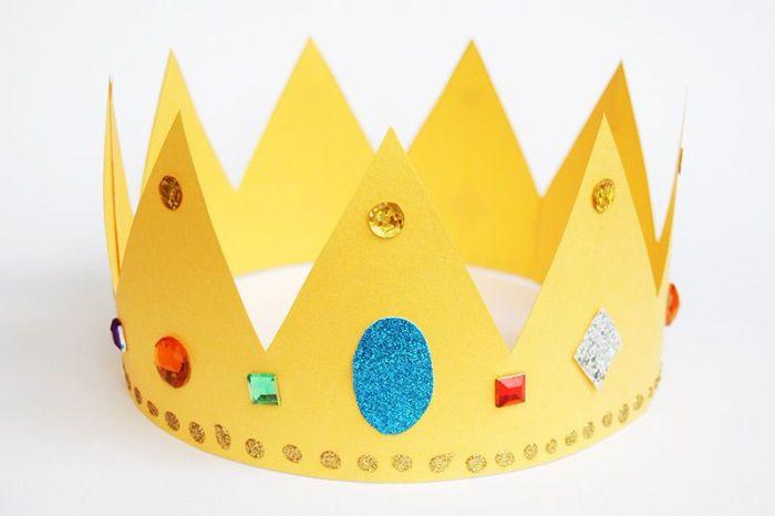 fabriquer une couronne de ppaier dans papier jaune avec des paillettes et strass pour decoration, activite enfant 4 ans facile et rapide