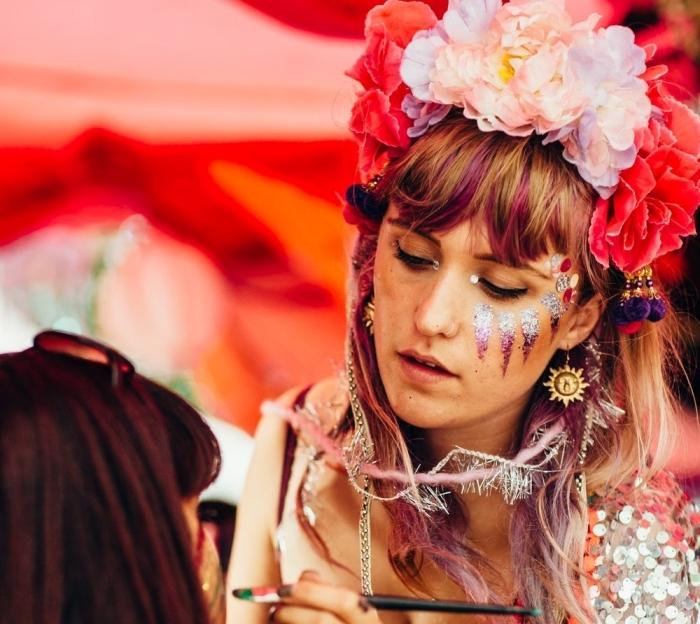 comment bien se maquiller pour un festival, exemple de maquillage fête avec gel pailleté à effet ombré en rose et argent