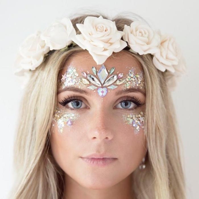 look de fête avec accessoire de cheveux et make-up brillant, idée de maquillage artistique avec gel pailleté