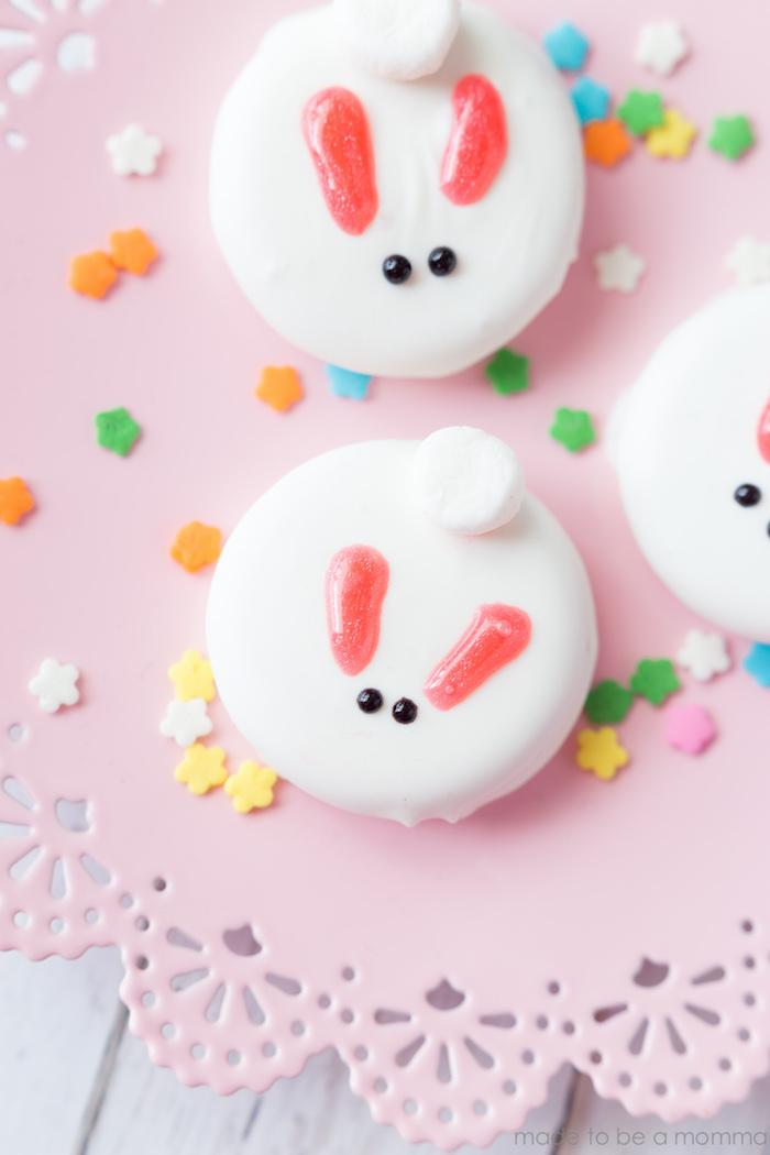 Oreo au chocolat blanc fondé avec deux points au chocolat noir pour yeux lapin forme, cadeau de pâques, idée cadeau fait main, cadeau diy
