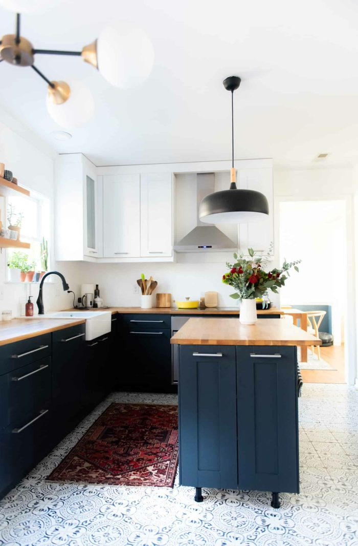Grand lustre noir avec détail doré, simple ilot bleu et bois, couleur gris bleu, cuisine bleu marine comment l'aménager bien