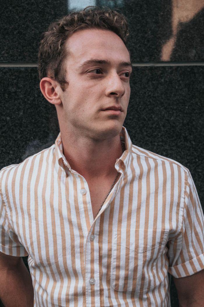 deboutonner la chemise homme, idée comment porter la chemise homme moderne, exemple chemise à rayures