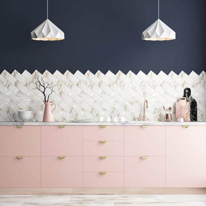 Deux lustres en forme de diamant, carrelage marbre, rose cuisine et peinture murale bleu sombre, couleur bleu marine, cuisine mur bleu nuit nuances foncées