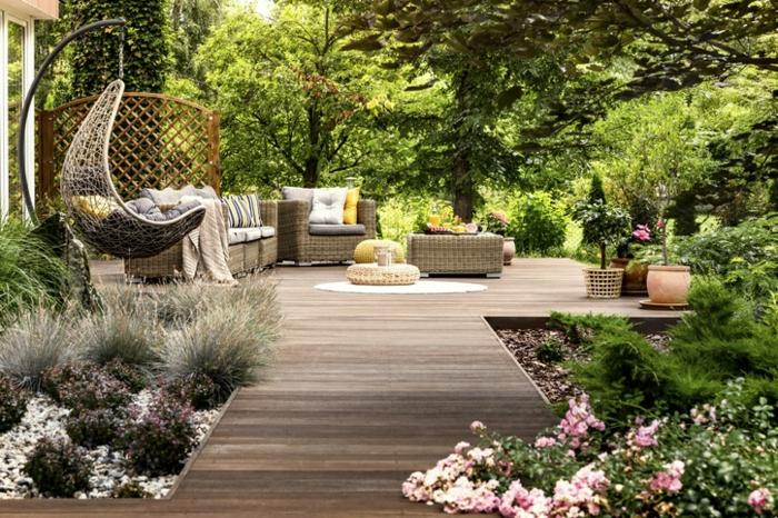 Balançoire décoration jardin extérieur, amenagement petit jardin bien décoré allée en bois dans le jardin fleurie