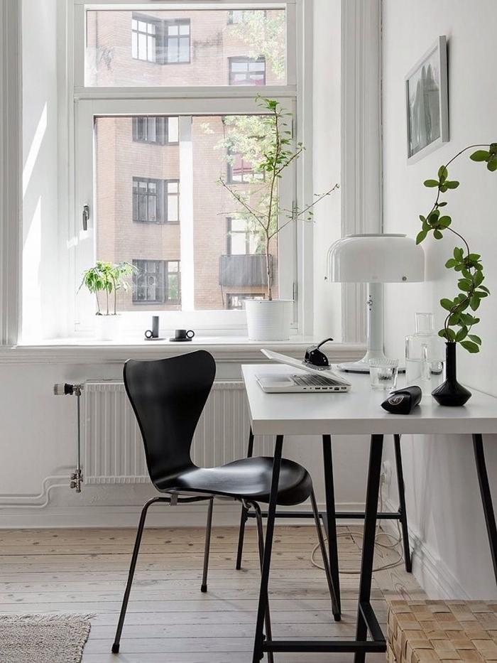 comment décorer un home office avec bureau blanc laqué et chaise noire, design espace de travail stylé en blanc et noir