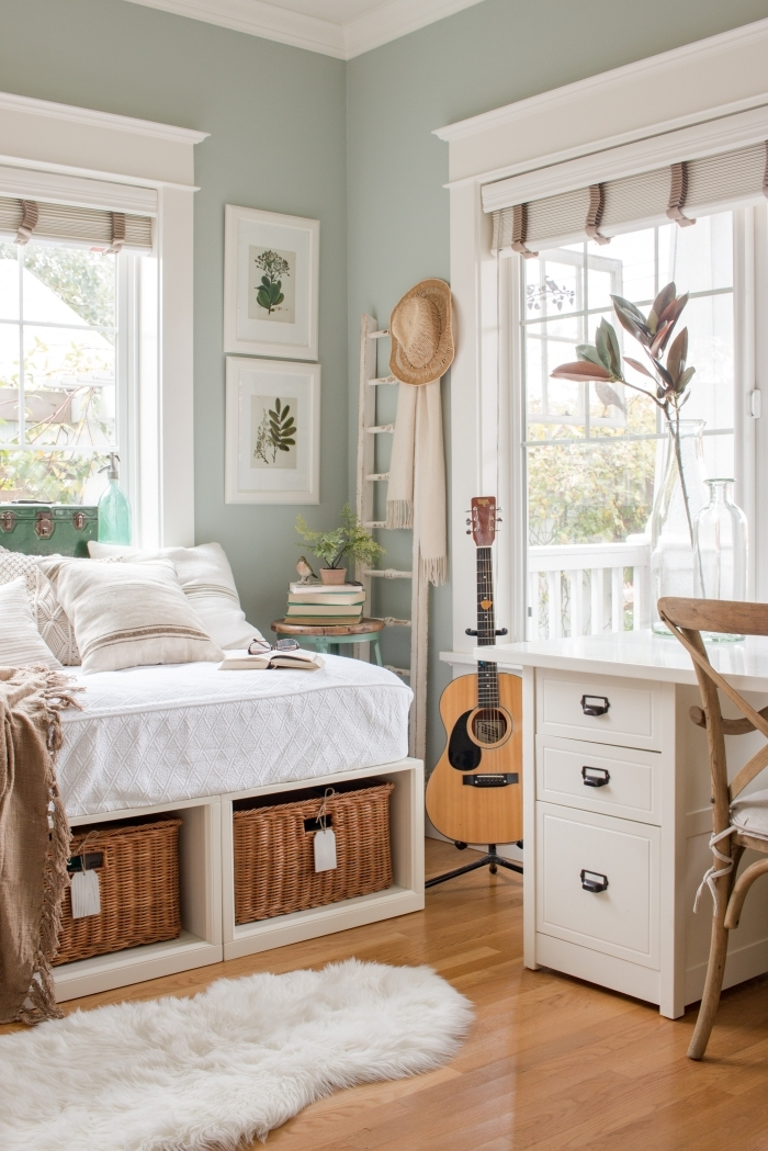 idée comment aménager un bureau dans sa chambre, décoration pièce aux murs verts avec plancher bois et meubles blancs
