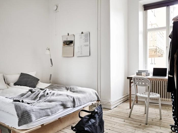 idee bureau maison en planche de bois brut, décoration coin de travail à domicile avec bureau rustique et chaise blanche