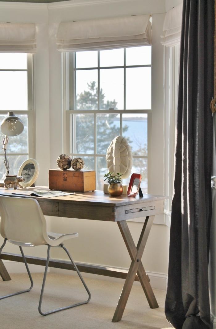 comment décorer un espace de travail avec bureau maison en bois récup, design home office dans une pièce blanche et éclairée