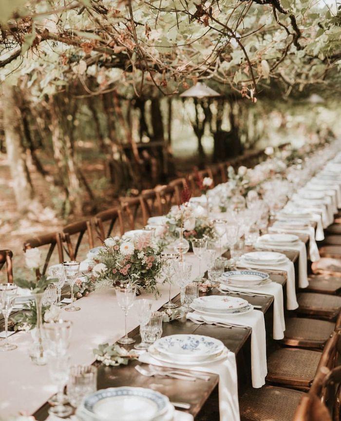 Table longue pour 50 personnes mariage champêtre chic, theme de mariage champetre, assiettes vintage porcelaine chemin de table lin et vases avec fleurs de champs en haut
