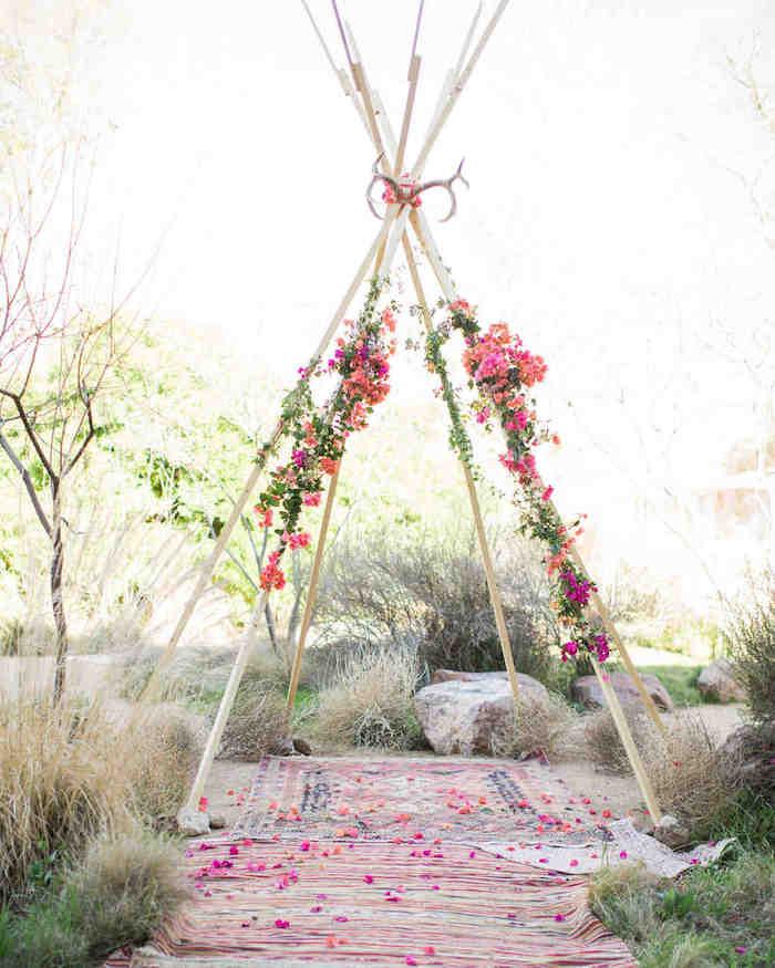 Tipi fleurie deco mariage champetre, theme champetre élégant et simple avec tapis oriental en dessous