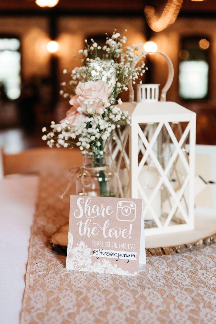 Vase verre avec rose dedans style bohème centre de table et marque place avec hashtag pour le mariage, idée décoration mariage champêtre chic beauté