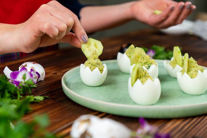 décorer de rondelle de concombre le pic d un oeuf mimosa farci de jaune d oeuf, moutarde, avocat, idée entreée froide de paques originale
