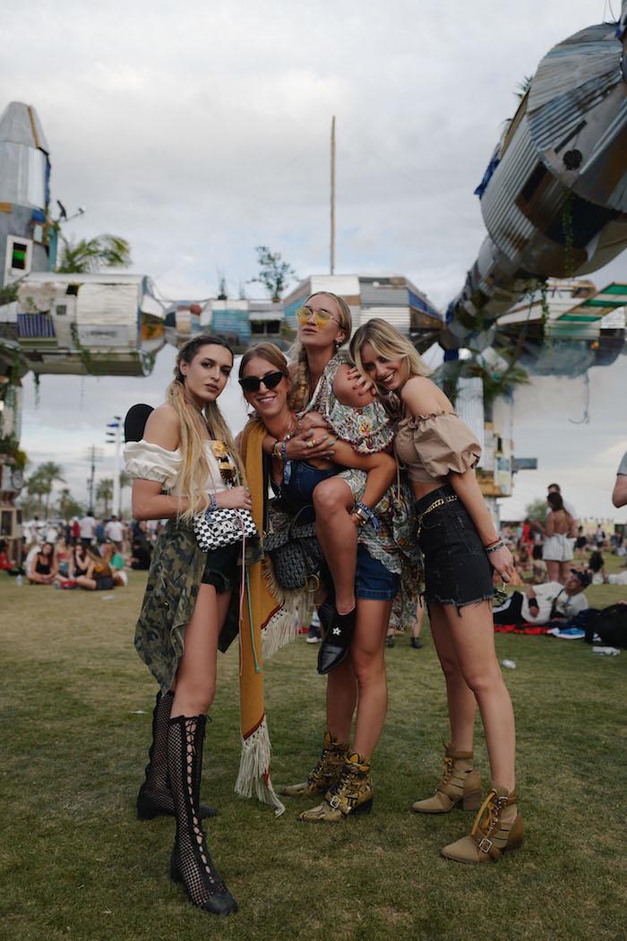 Amies en Coachella, tenue avec bottines pour se sentir bien sur la pelouse, jupe et haute court epaules denudees, hippie chic femme, femme stylée tenue festival Coachella