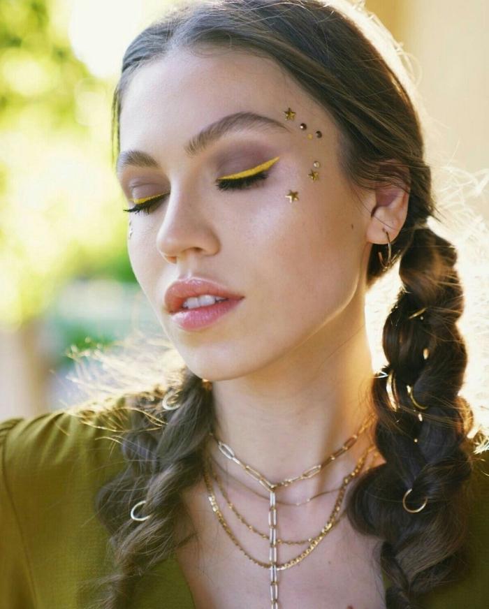 exemple de maquillage bohème facile à faire soi-même, make-up festival avec eye-liner coloré et petites étoiles sur le visage