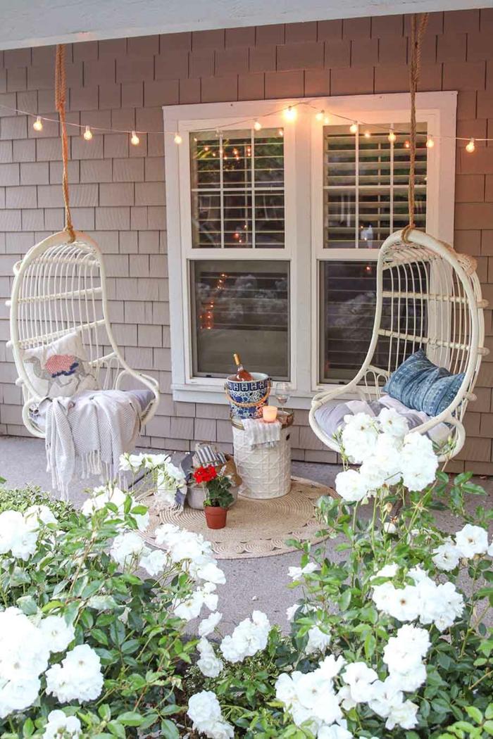Deux chaises balançoires idee amenagement jardin, belle deco terrasse pergola coin avec guirlande lumineuse