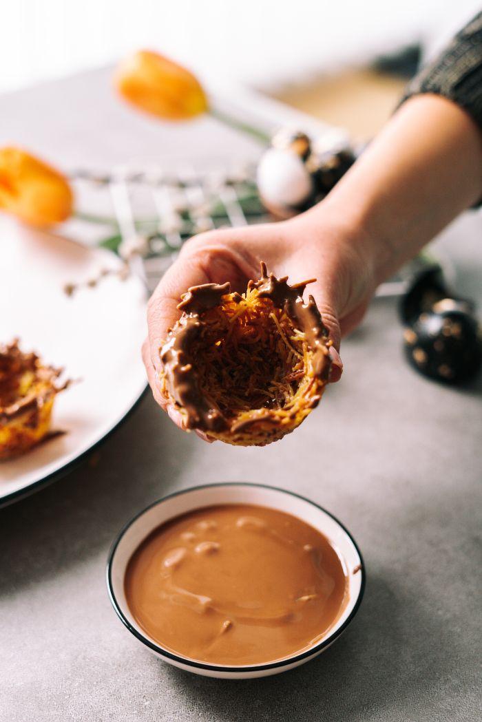tremper les nids dans chocolat de paques fondu, idee petit gateau de paques simple et rapide a faire