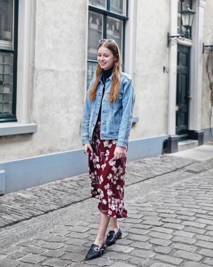 modèle de veste printemps femme en denim, idée comment porter la veste en denim avec une jupe ou robe bohème