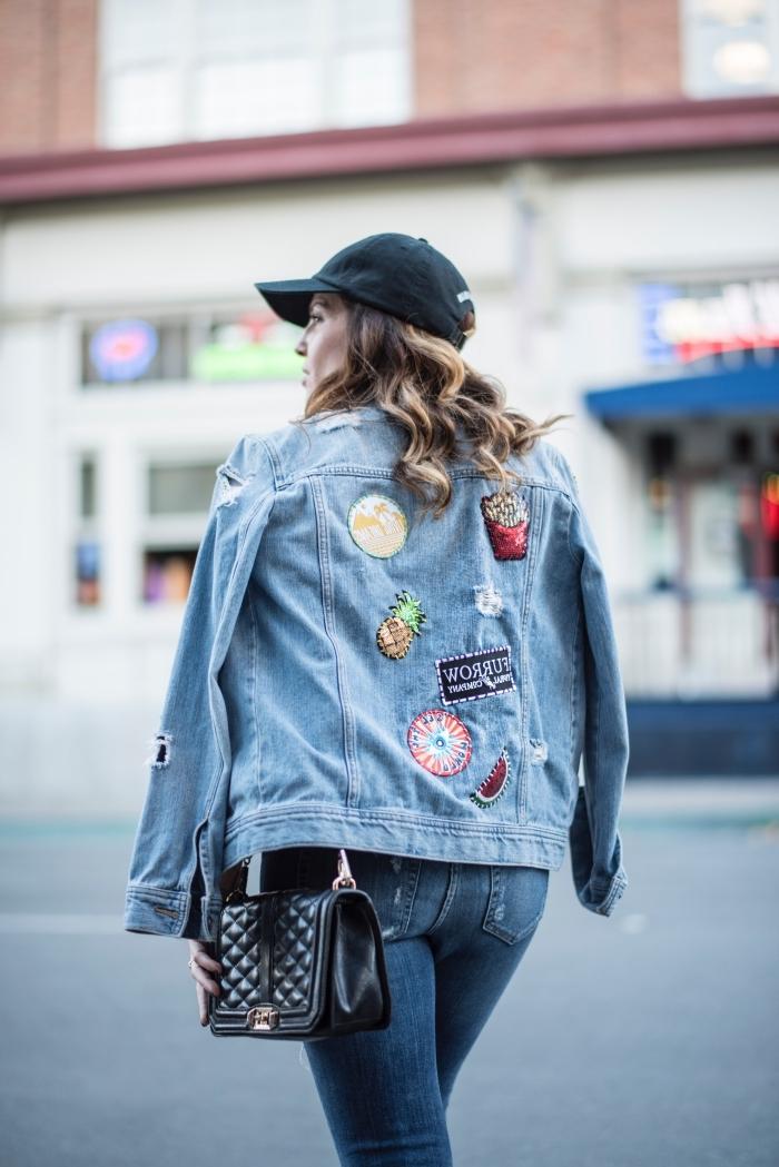 exemple comment personnaliser une veste en jean courte, modèle de veste denim customisée avec motifs fruités sur le dos
