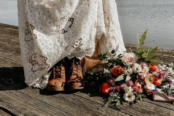 Porter des bottes avec robe mariée dentelle longue blanche, quelle décoration pour le mariage rustique, idée déco mariage