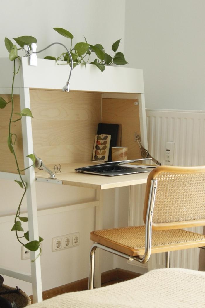 modèle de bureau pliant en bois et blanc, idée comment aménager un coin office à domicile avec meuble pliant et chaise
