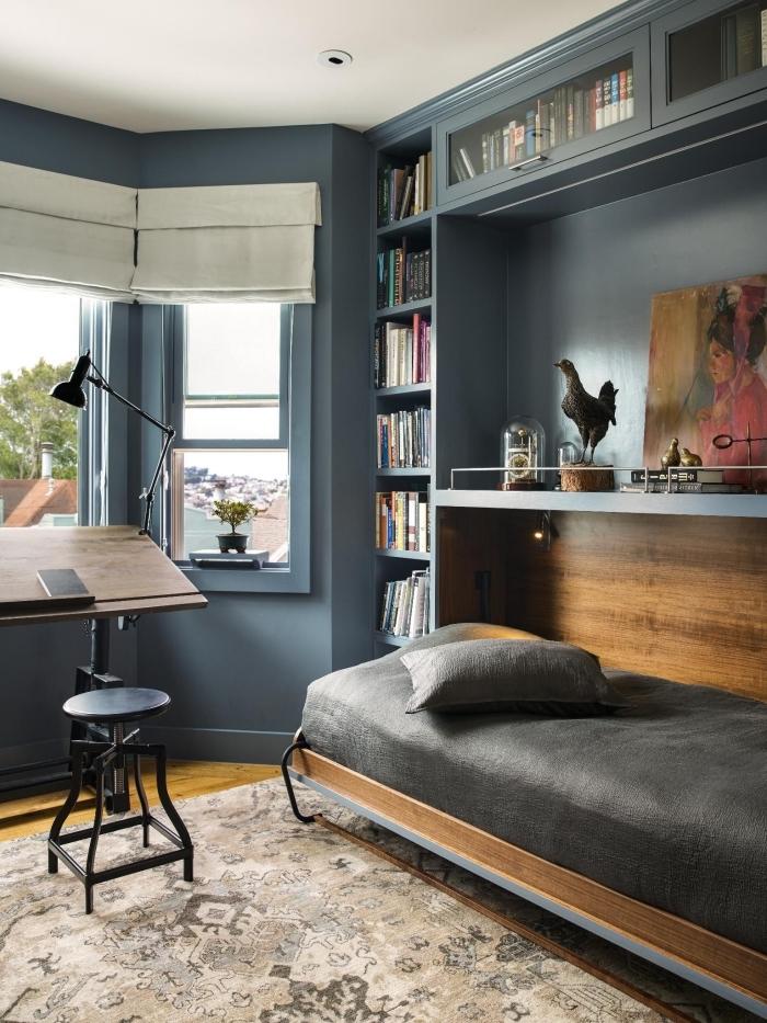 idée comment intégrer un bureau pliant dans une pièce aux murs foncés aménagée avec meubles en bois et accents noirs