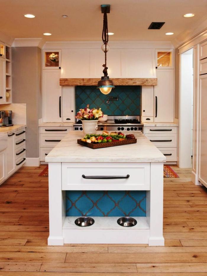 Cuisine maison rustique blanche et bleue, peinture bleu nuit tendance ilot de cuisine blanc lustre metal
