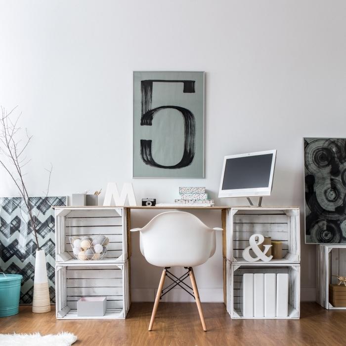 modèle de bureau fait maison avec cagettes bois et planche de bois, décoration bureau à domicile avec matériaux de récupération