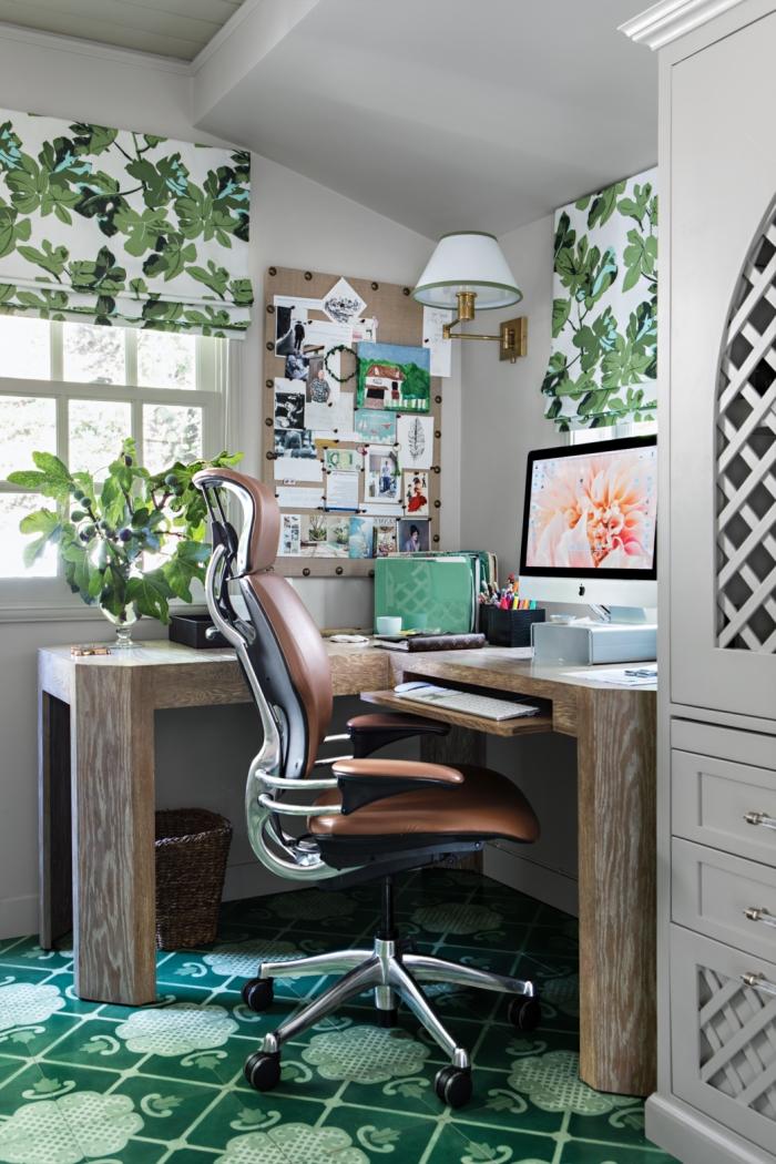 aménagement petit bureau à domicile en bois brut, décoration espace de travail de style tropical avec accents en bois
