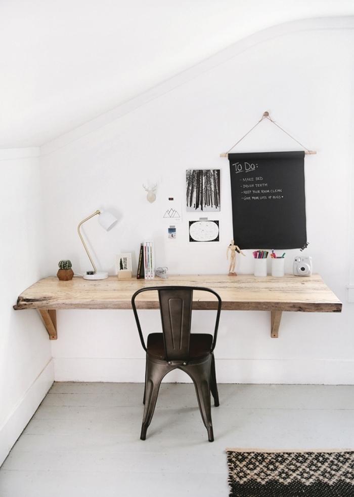 diy bureau fait maison avec planche bois suspendue, déco petit espace de travail dans une pièce blanche sous combles