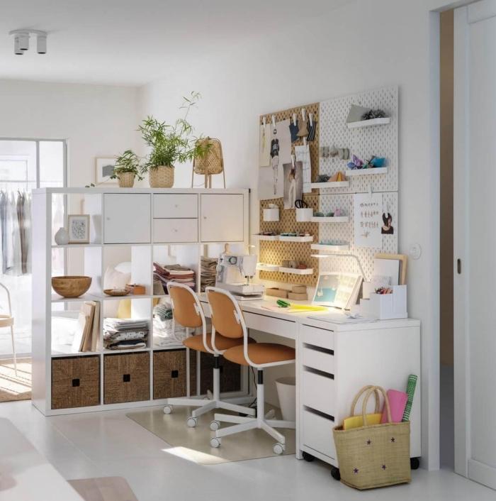 comment diviser un studio avec meuble de séparation blanc, idée de bureau salon moderne avec deux chaises de bureau