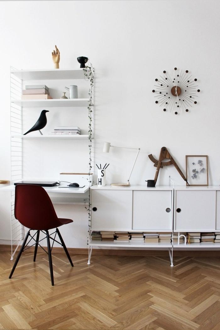 aménagement coin de travail dans un salon blanc avec plancher bois, décoration console bureau blanc avec accessoires moderne