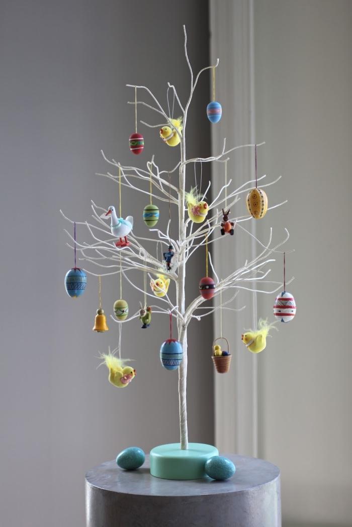 modèle arbre aux branches blanches décorées d'ornements de pâques, idée activité paques facile et rapide