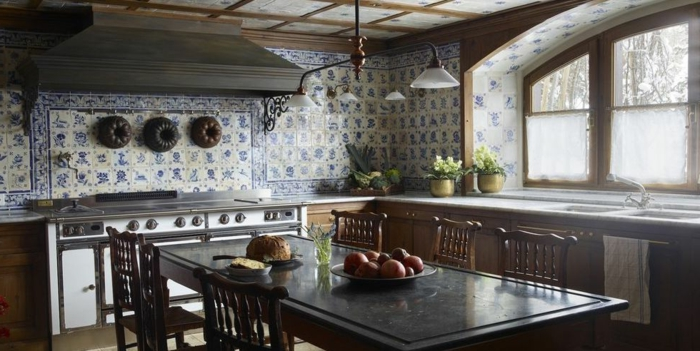 Mur carrelage méditerranéen, idée couleur cuisine, deco bleu, aménagement appartement table à manger et chaises style rustique