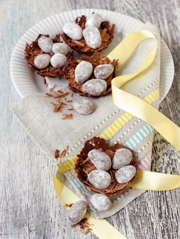 idée de dessert de paques facile et healthy, recette sucrée saine à la base de dates et cacao en poudre en forme d'œufs de pâques