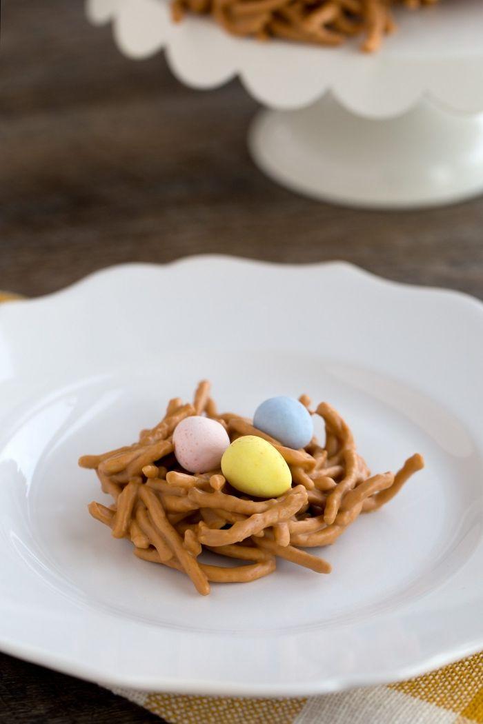 comment faire un nid sucré avec nouilles frites caramélisés, idée de dessert de paques originale comme amuse-bouche