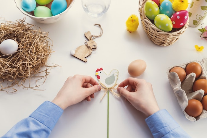 Ruban sur le stick avec un poulet ou un lapin, table avec oeufs colorés, idée cadeau fait main pour la fete de paques, bricolage de paques