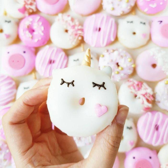 donuts licorne avec glacage blanc et rose, idee de nourriture kawaii dans la vie réelle, art de la mignonnerie culinaire