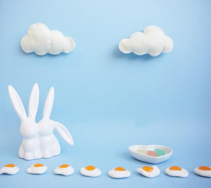 Bleu fond figurines de lapins et oeufs dragées idée cadeau maison, bricolage de paques cadeau a faire soi meme