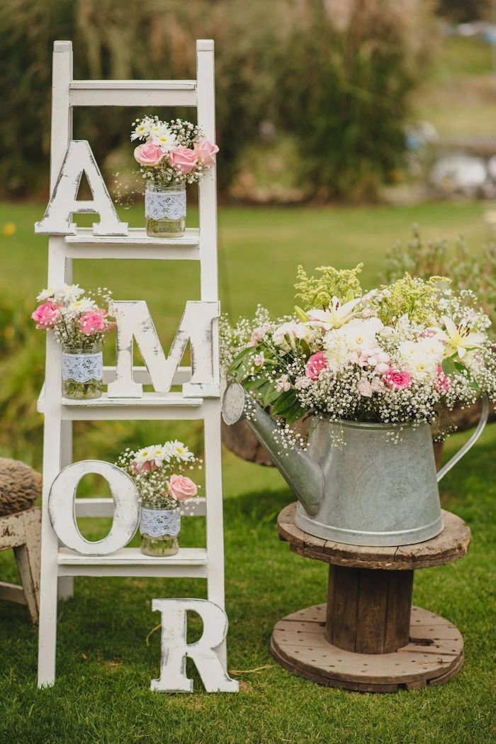Décoration réception échelle écriteau amour, vase de fleurs style rustique, deco mariage champetre, la beauté de la campagne décoration chic