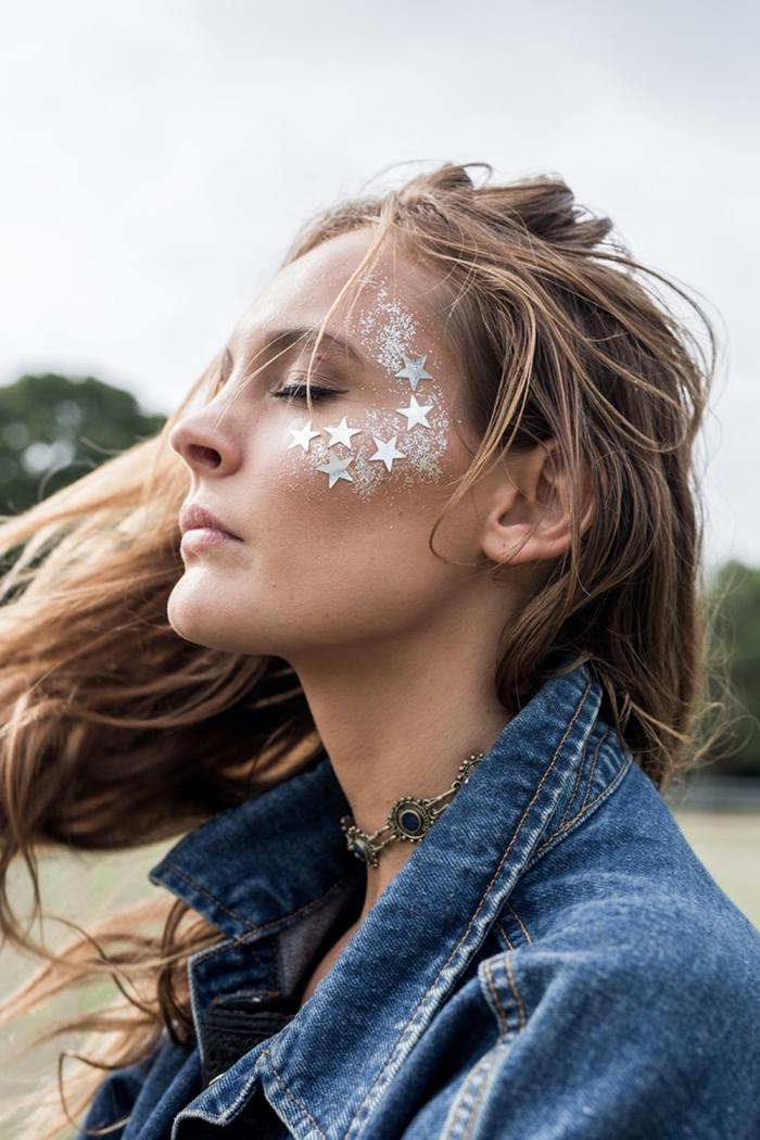 maquillage bohème simple à réaliser avec étoiles pour visage et gel pailleté en or, look boho chic pour un festival femme