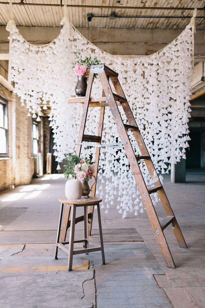 Échelle bois fleurs dans vase, decoration mariage champetre, le chic rustique deco mariage moderne