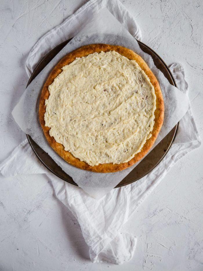 pizza creme de fromage sur la pate à pizza sans gluten, idee regime cetogene recette pizza maison
