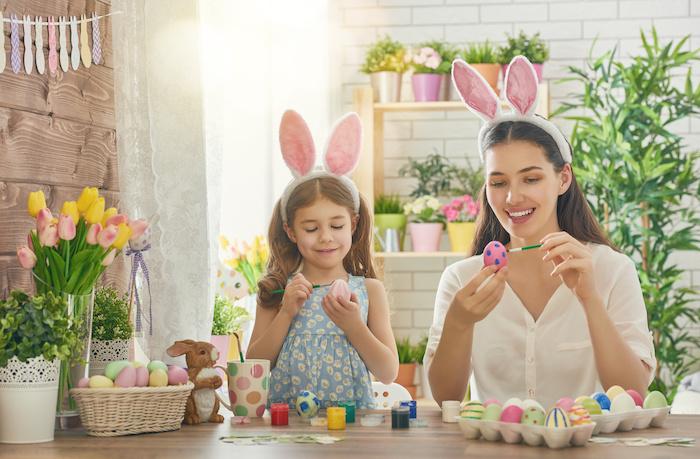 Tradition à la maison mère et fille décorer les oeufs, cadeau a faire soi meme facile, bricolage paques facile a faire