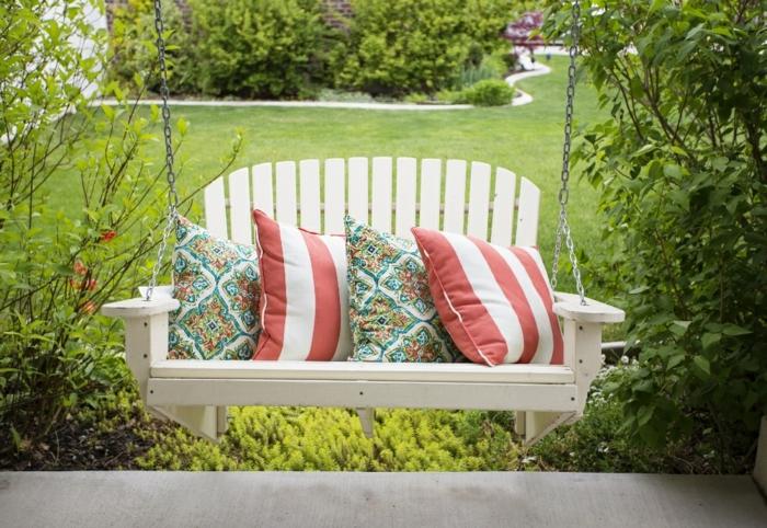 Banc balançoire avec coussins colorés, jardin idees terrasses exterieures, amenagement petit jardin moderne