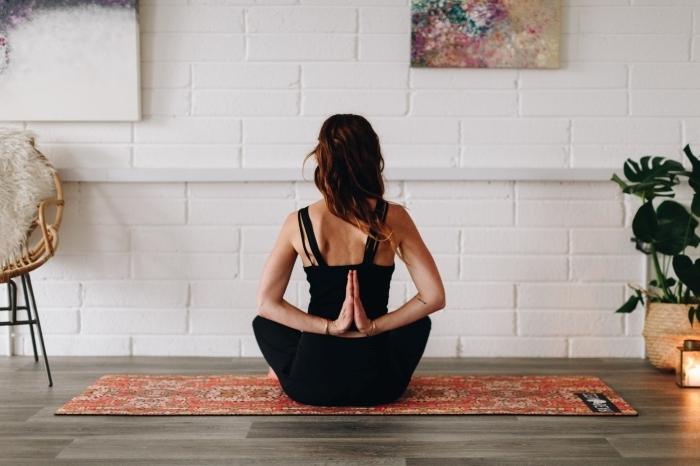 idée de programme sport à pratiquer chez soi, quel sport faire à la maison sans matériel, exemple de position yoga débutant