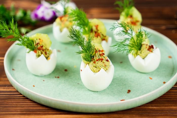 décorer de concombre, brin d aneth et des flocons de piment, exemple recette oeufs mimosa à l avocat et moutarde