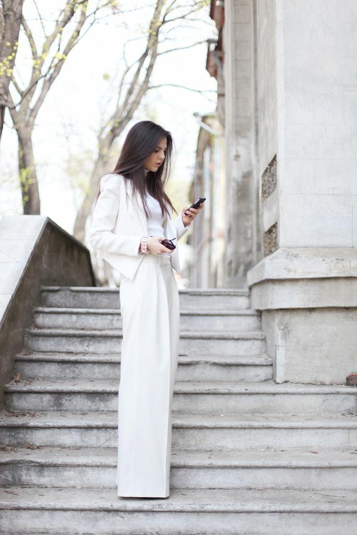 Femme photo sur les escaliers, tailleur pantalon femme cocktail, ensemble tailleur femme en blanc